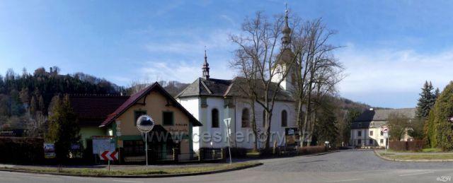 Kostel sv. Vavřince, nahoře hrad Potštejn