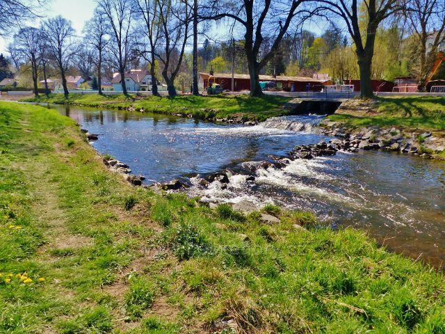 Žamberk - jez na Divoké Orlici u vyústění náhonu od zámecké pily zpět do řeky