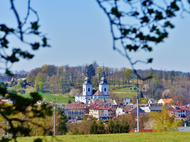 Žamberk - pohled na město s kostelem sv. Václava od silničky U Kapličky