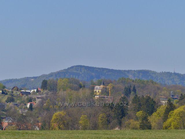 Žamberk - pohled od silničky U Kapličky ke kapli sv. Vojtěcha na hřbitově.Na obzoru je vidět hřeben litického Chlumu (603 m.n.m.)
