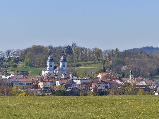 Žamberk - pohled od silničky U Kapličky na kostel sv. Václava.Za ním je vidět návrší Rozálka (470 m.n.m.)