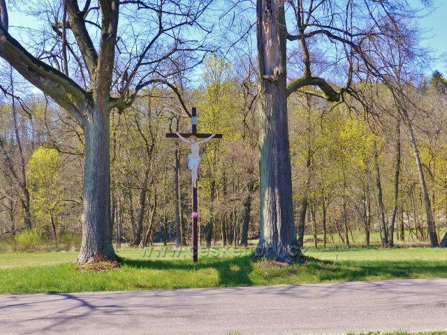 Žamberk - dřevěný kříž s Kristem na katastrální hranici mezi Žamberkem a Kunvaldem u silnice do Kunvaldu