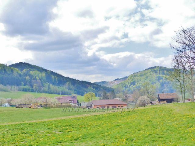 Bohousová - pohled od cesty do České Rybné k litickému Chlumu a Kletné