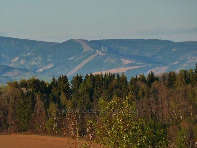 Pohled z úbočí Studeného na Slamník a Stezku v Oblacích nad Dolní Moravou v pásmu Králického Sněžníku
