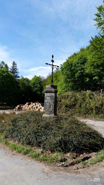 Kříž ve Skuhrově