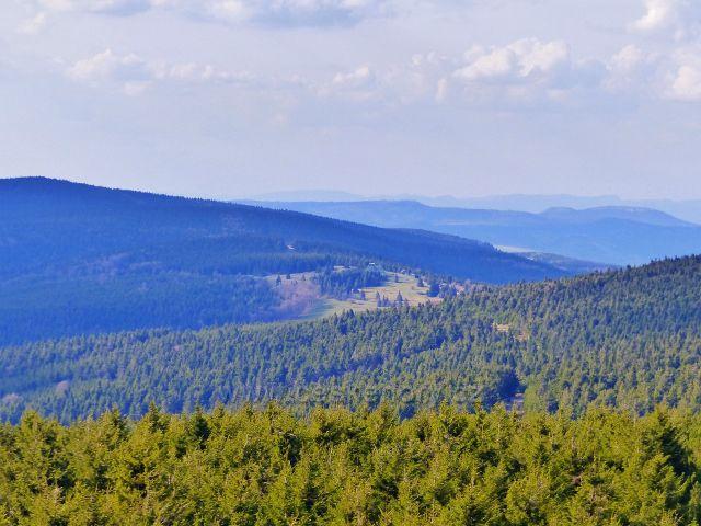 Pohled z rozhledny Velká Deštná k Masarykově chatě na Šerlichu