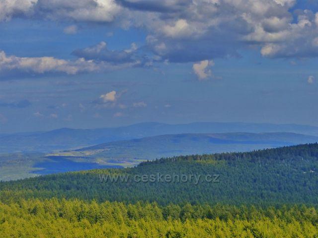 Pohled z rozhledny Velká Deštná k polským Bystřickým horám