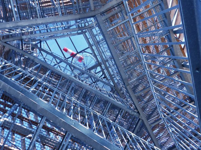 Rozhledna Velká Deštná - průhled konstrukcí rozhledny k jejímu vrcholu