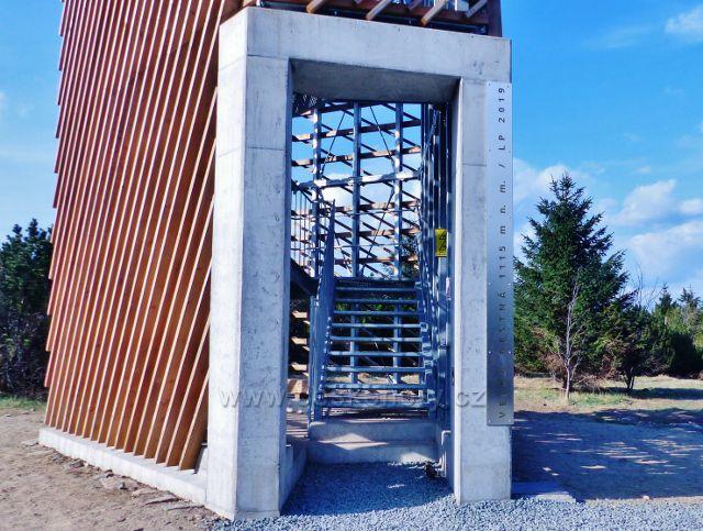Na vstupním portálu rozhledny je uvedena nadmořská výška Velké Deštné 1115 m.n.m.a rok jejího otevření 2019