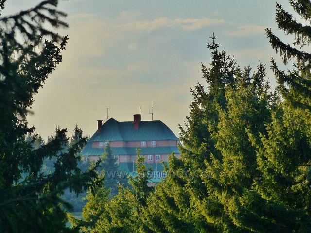 Průhled z Jiráskovy cesty na Masarykovu chatu na Šerlichu