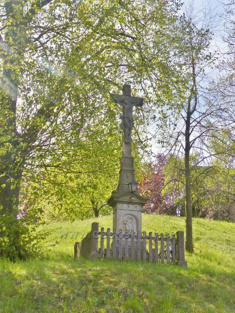 Hejnice - památný kříž ve středu obce