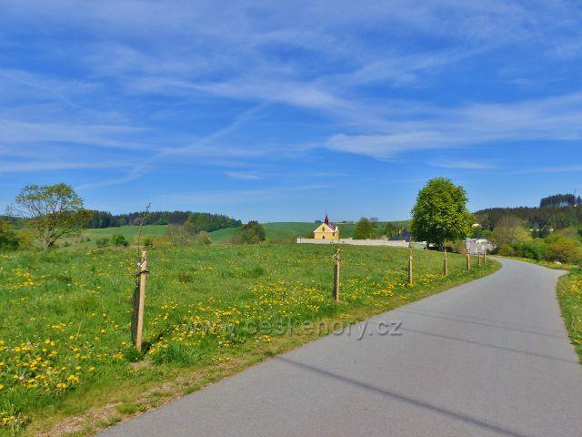 Pohled ze silničky do Písečné ke hřbitovu nad obcí