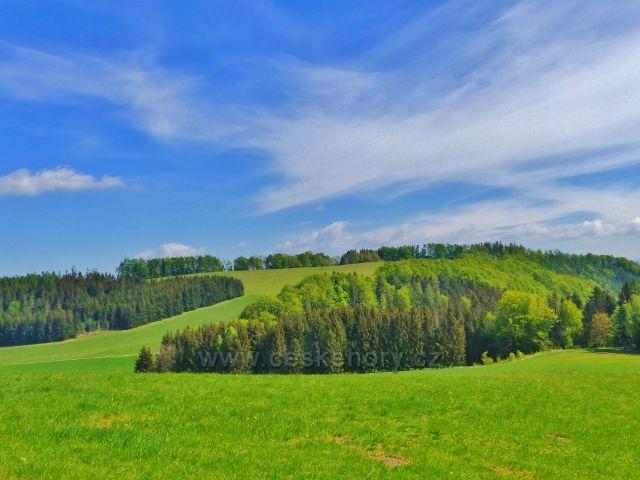 Hejnice - pohled z úbočí vrchu Pilátka na vrchol protilehlého Kozince