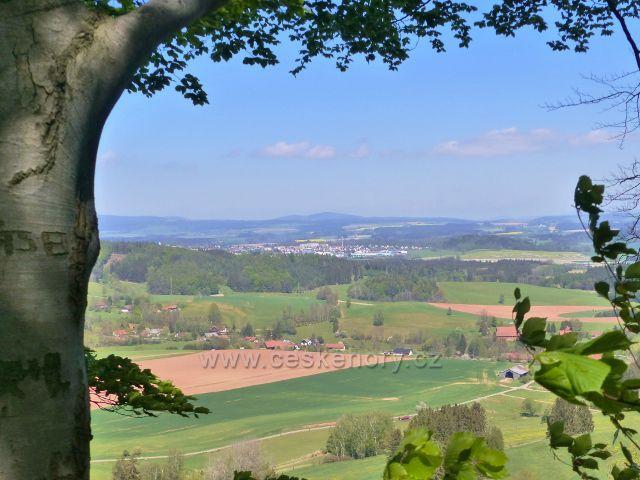 Pohled z nejvyššího místa hradní zříceniny Žampach k Písečné a k Žamberku