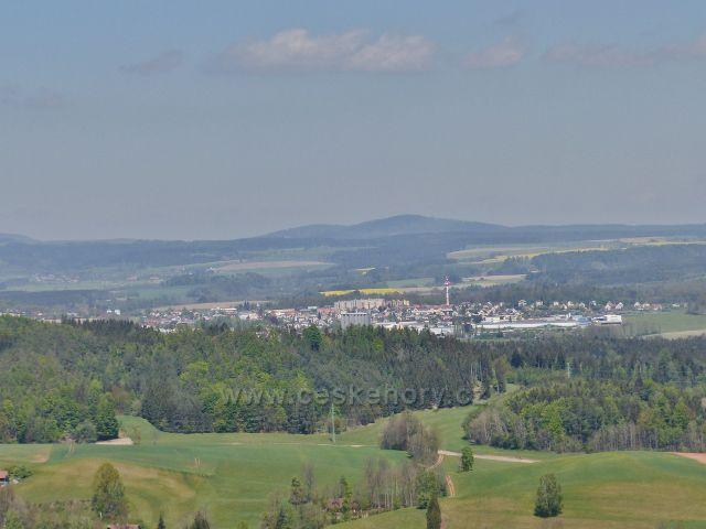 Pohled z nejvyššího místa hradní zříceniny Žampach k Žamberku
