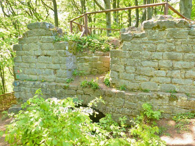 Stavební pozůstatek hradu Žampach