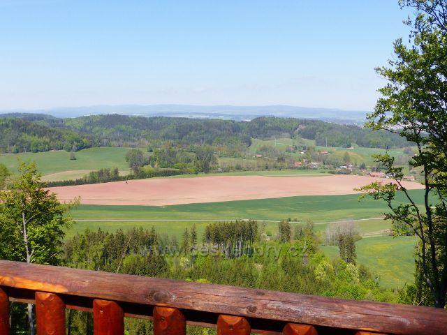 Pohled z vyhlídkového ochozu na Žampachu na hřeben Kozince.Vpravo je část obce Písečná