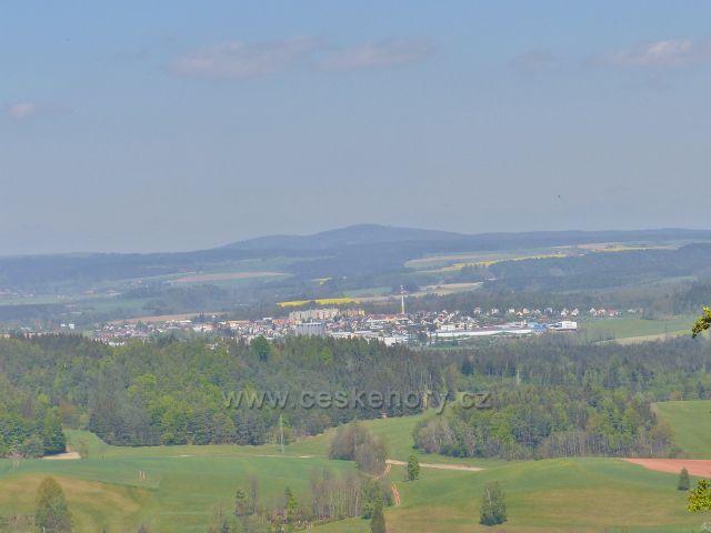 Pohled z nejvyššího místa zříceniny hradu Žampach na Žamberk