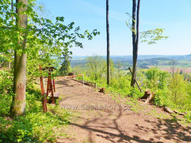 Výhledové místo na cestě po úbočí vrchu Žampach