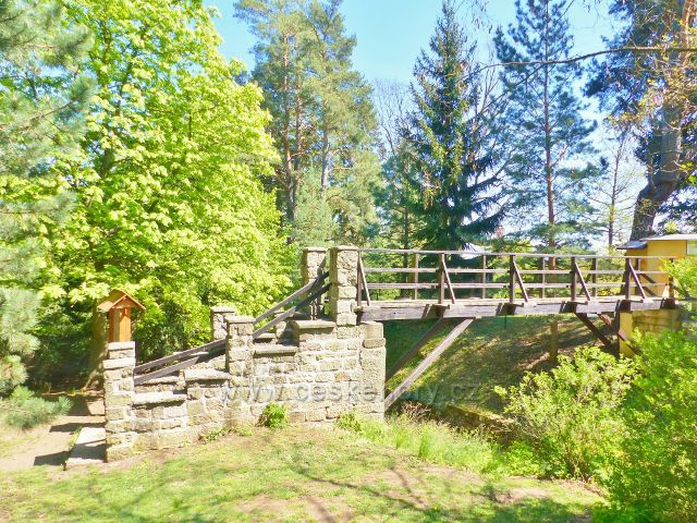 Mostek do arboreta u zámku Žampach