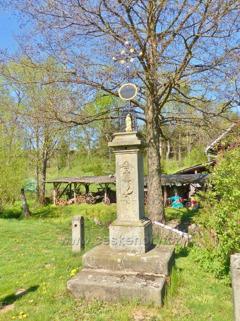 Pomník se železným křížem před mlýnem v Písečné