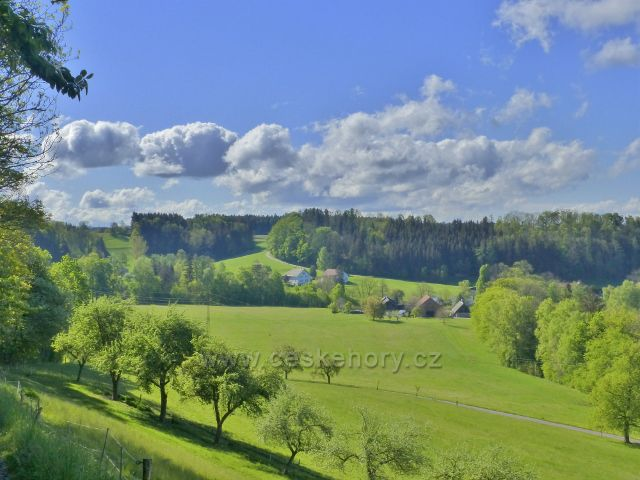 Kunvald - pohled z úbočí Krejsovo kopce k cestě od Zákopanky