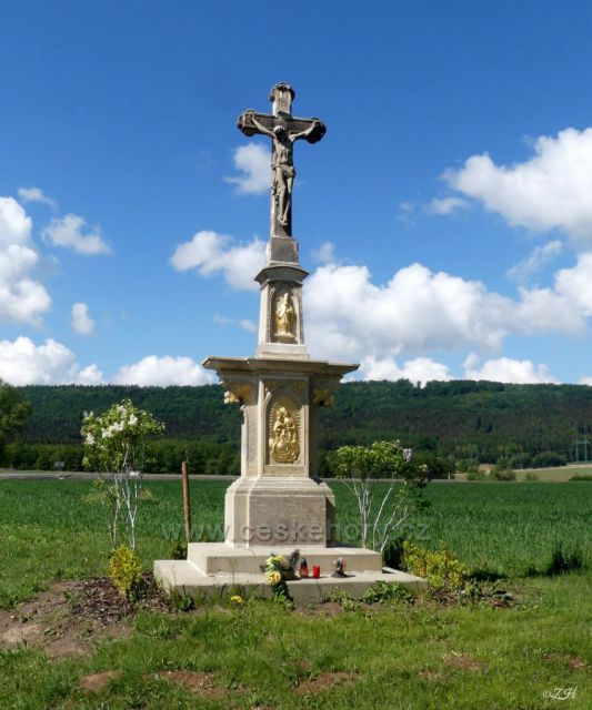 Kamenný kříž u kostela sv. Mikuláše