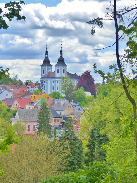 Žamberk - průhled z parku Albertinum ke kostelu sv.Václava