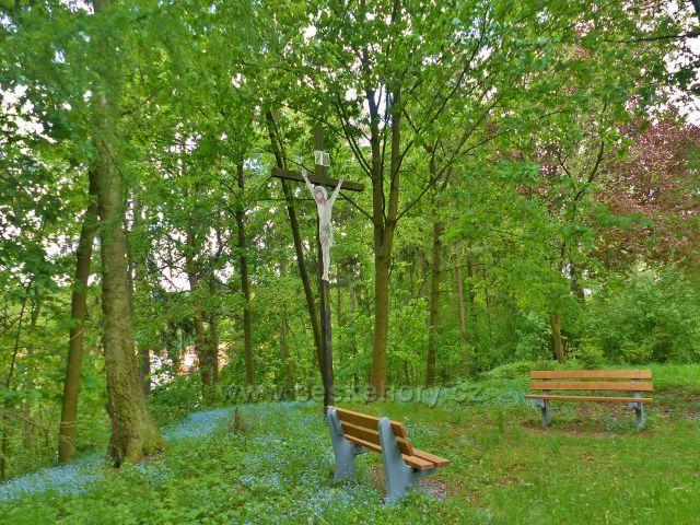 Žamberk - park Albertinum. zátiší s křížem