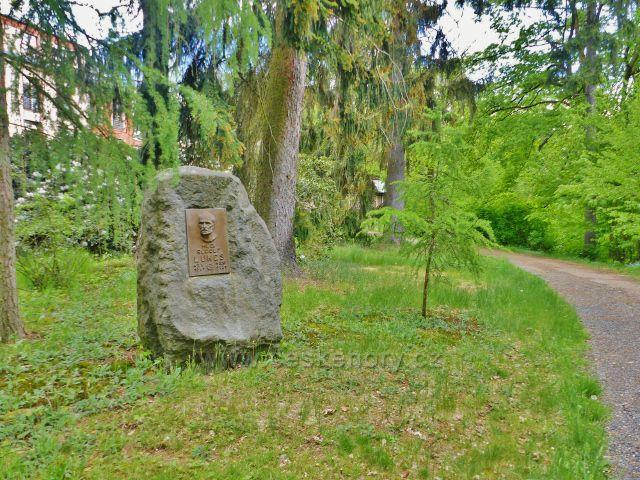 Žamberk - park Albertinum, pamětní deska Mudr. Lukese