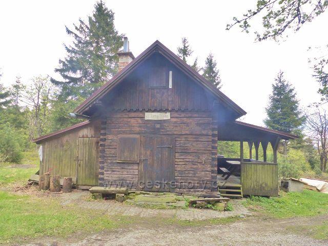 Lovecká chata Růžová bouda pod vrcholem hory Stolec(1034 m.n.m.)