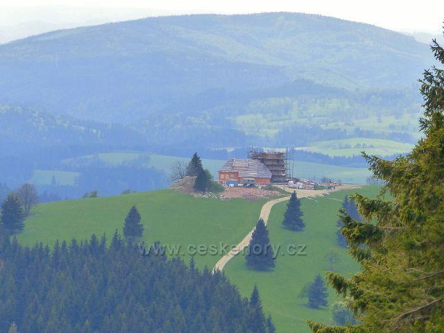 Pohled z areálu Paprsek na rozestavěnou Dalimilovu rozhlednu na vrchu Větrov(918 m.n.m.)