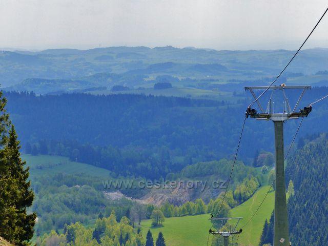 Pohled od lanové dráhy Paprsek na bývalý grafitový lom Konstantin na úbočí vrchu Větrov ve Velkém Vrbně