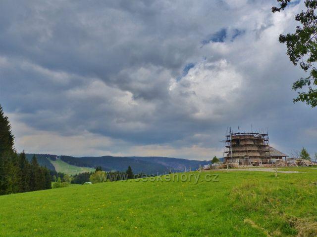 Zpětný pohled k Dalimilově rozhledně budované na vrcholu Větrova