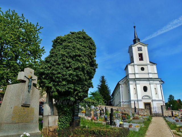 Jamné nad Orlicí - kostel Nejsvětější Trojice stojí ve svahu u hřbitova