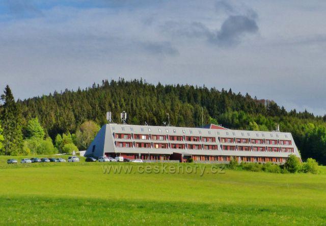 """Ramzová - apartmánový rekreační objekt na """"slezské"""" straně osady byl postaven na úpatí vrchu Klín(983 m.n.m.)"""