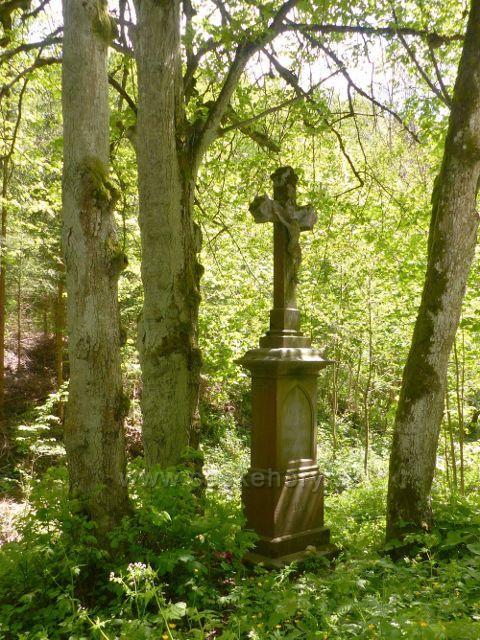 Staré Město - Boží muka z roku 1898 je to jediné, co zbylo z Lesního mlýnu na okraji Adamovského údolí
