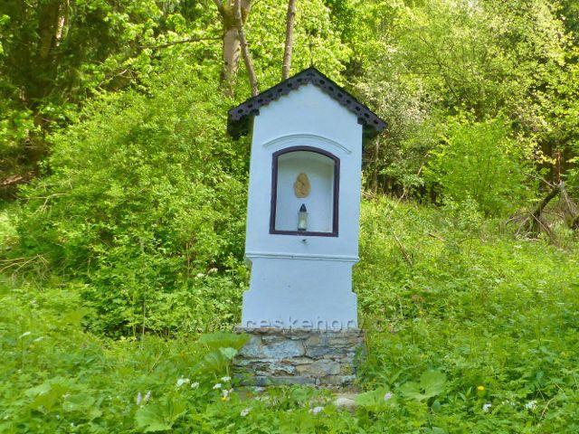 Malé Vrbno - výklenková kaplička u rozcestí na začátku cesty po žluté TZ do sedla Kutný vrch
