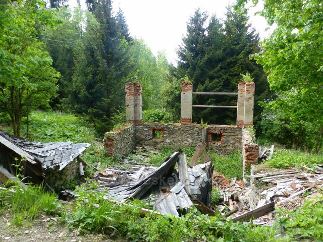Malé Vrbno - zbytky stavení na začátku Medvědí rokle
