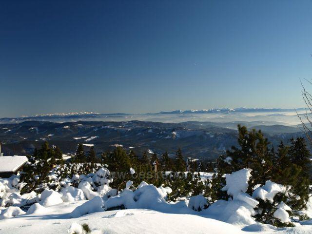 Pohled z Lysé na Fatru a Vysoké Tatry.