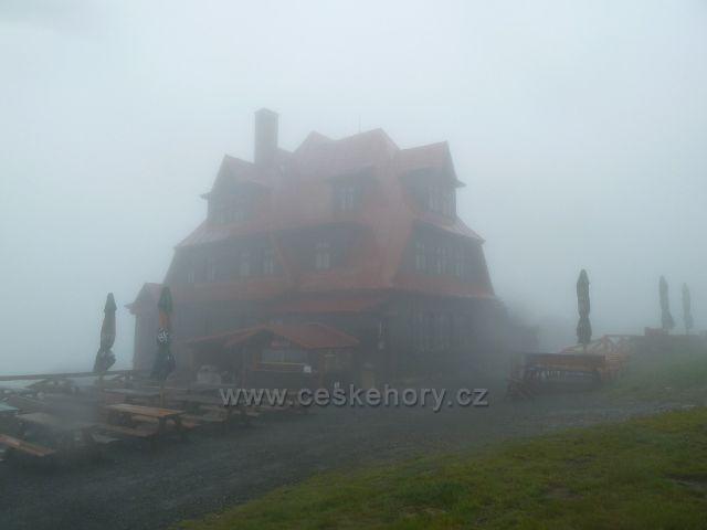 Radhošt - horský hotel Radegast v zajetí deště a mlhy