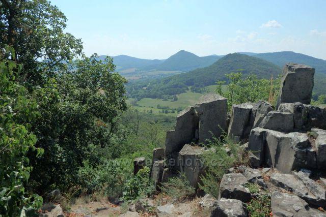 výhled z hradu Ostrý