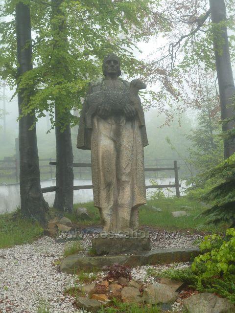 Pustevny - socha Valacha s ovečkou u hotelu Tanečnice