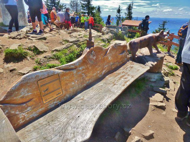 """Lavička """"horského kina"""" pod obeliskem na vrcholu Lysé hory"""