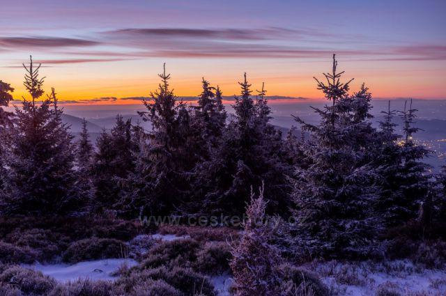 Zimní západ slunce na obzoru z Kněhyně