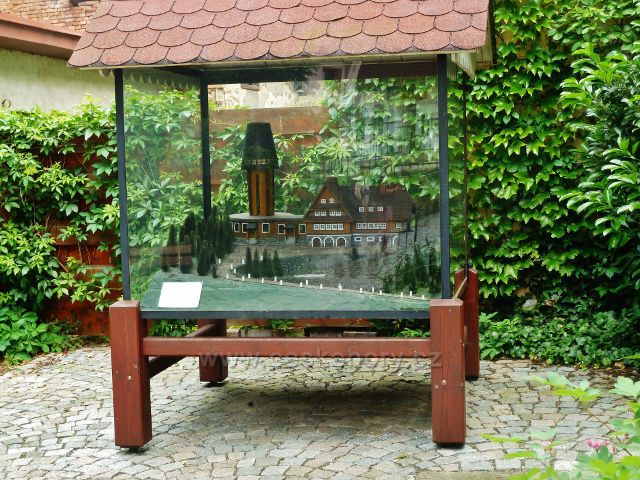 Jablonné nad Orlicí - model rozhledny a Kramářovy chaty na Suchém vrchu  je přístupný z uličky pod náměstím