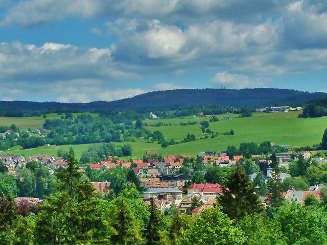 Jablonné nad Orlicí - pohled z úbočí Malova kopce ke kostelu  Nejsvětější Trojice v Jamném nad Orlicí