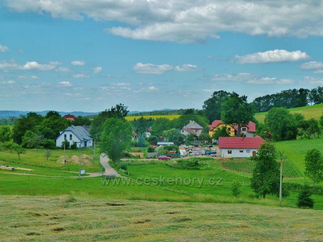 Pohled z vrcholu Malova kopce k osadě Vedralovice (část Mistrovic)