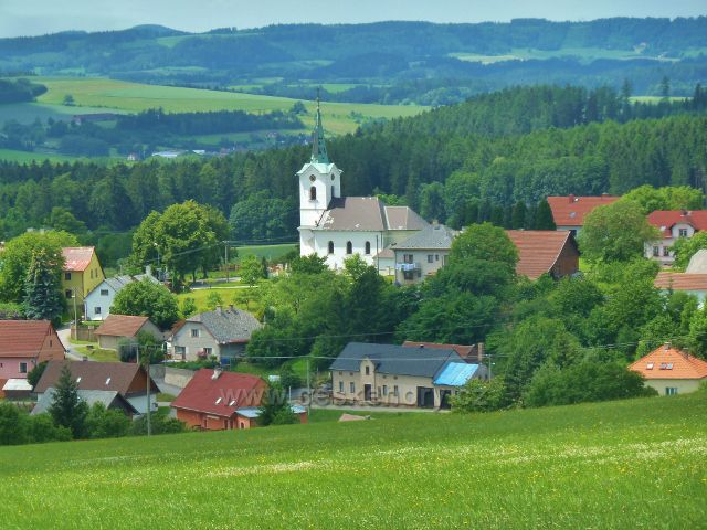 """Mistrovice - pohled od pomníku """"Neznámého lyžaře"""" na kostel sv. Jana a Pavla v Mistrovicích"""