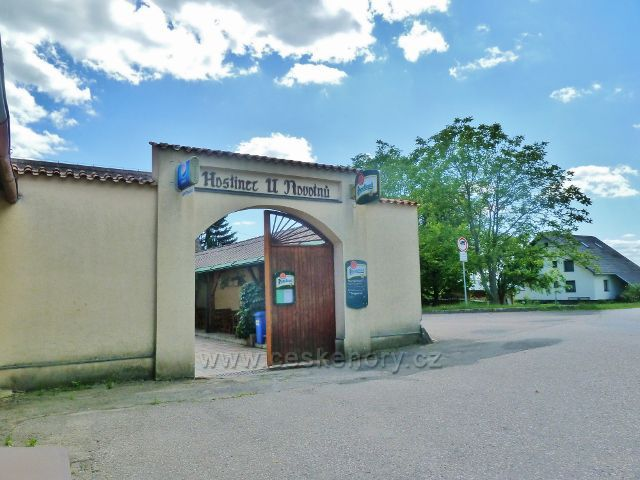 Mistrovice - brána do areálu Hospody u Novotnů